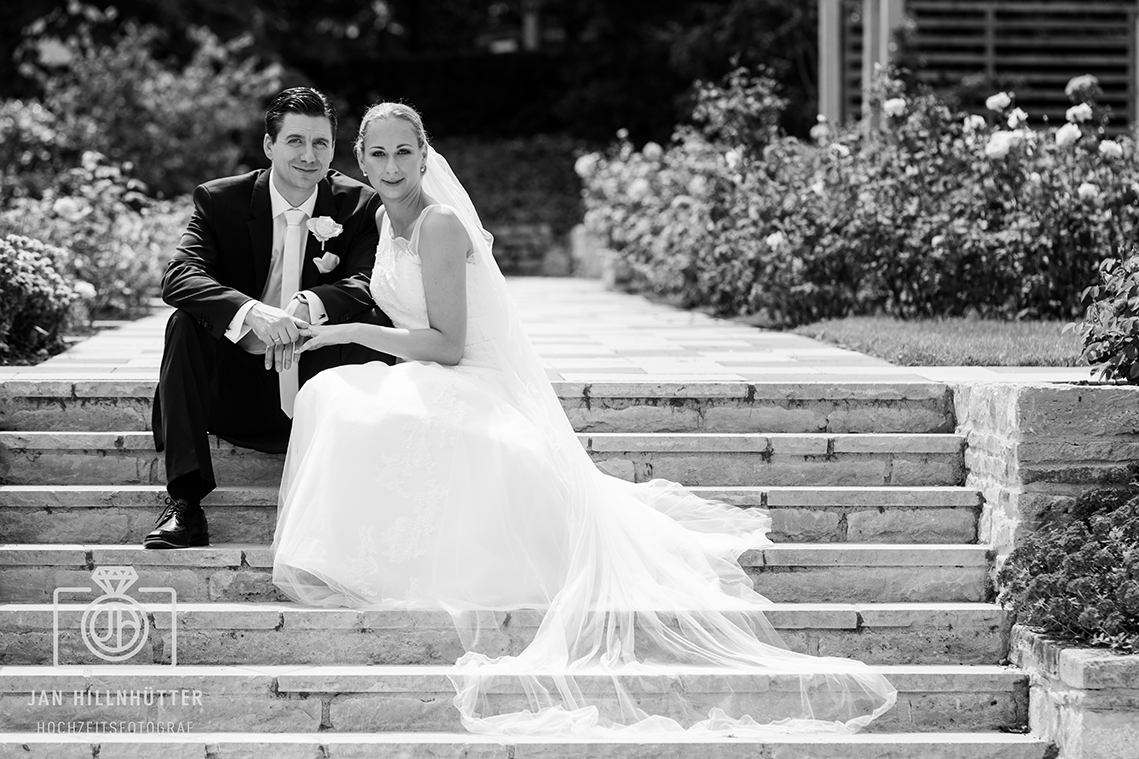 Hochzeitspaar-romantisch-Rosengarten-Mainz-Schleier-Treppe