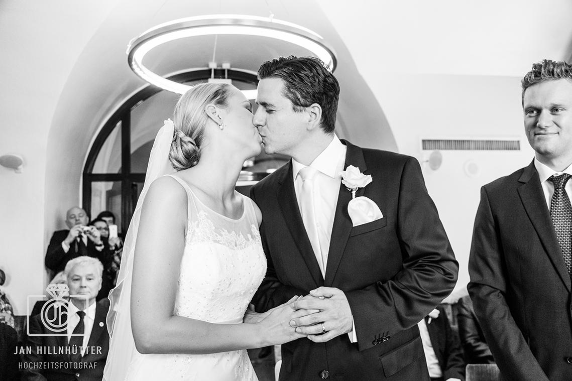 Kuss-Trauung-Hyatt-Hochzeitspaar-SW-Zeremonie