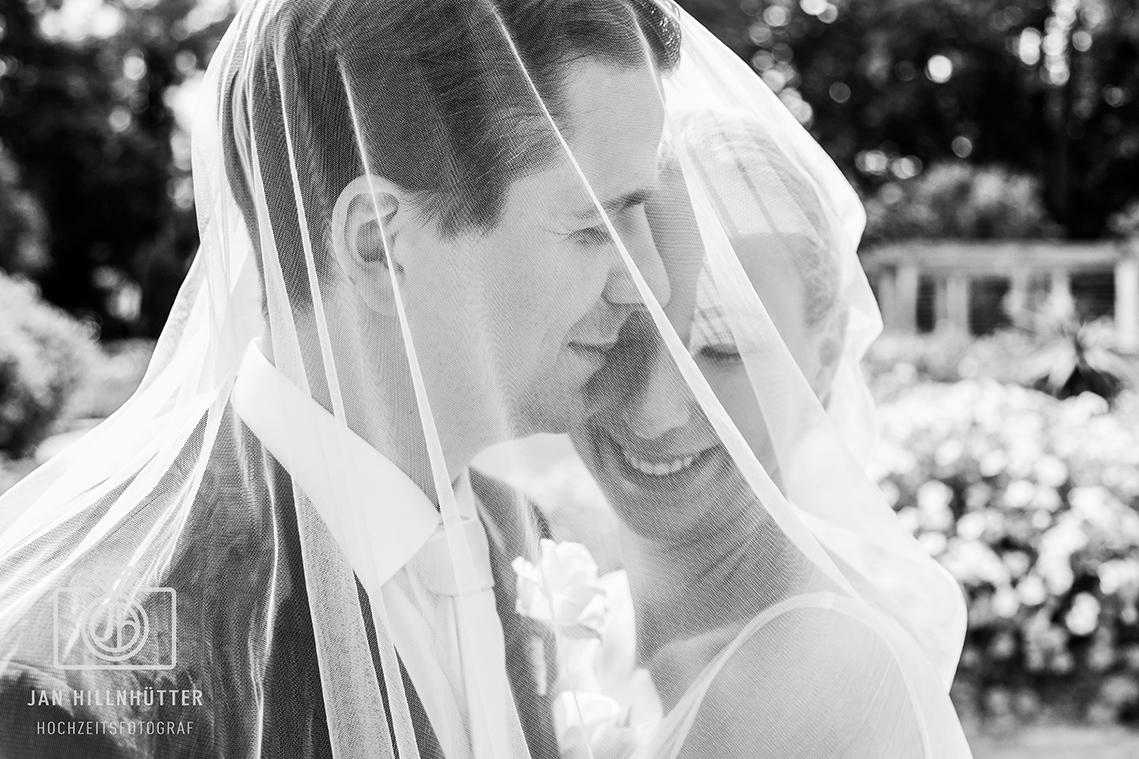 Romantisches-Brautpaar-SW-Schleier-kreatives-Foto