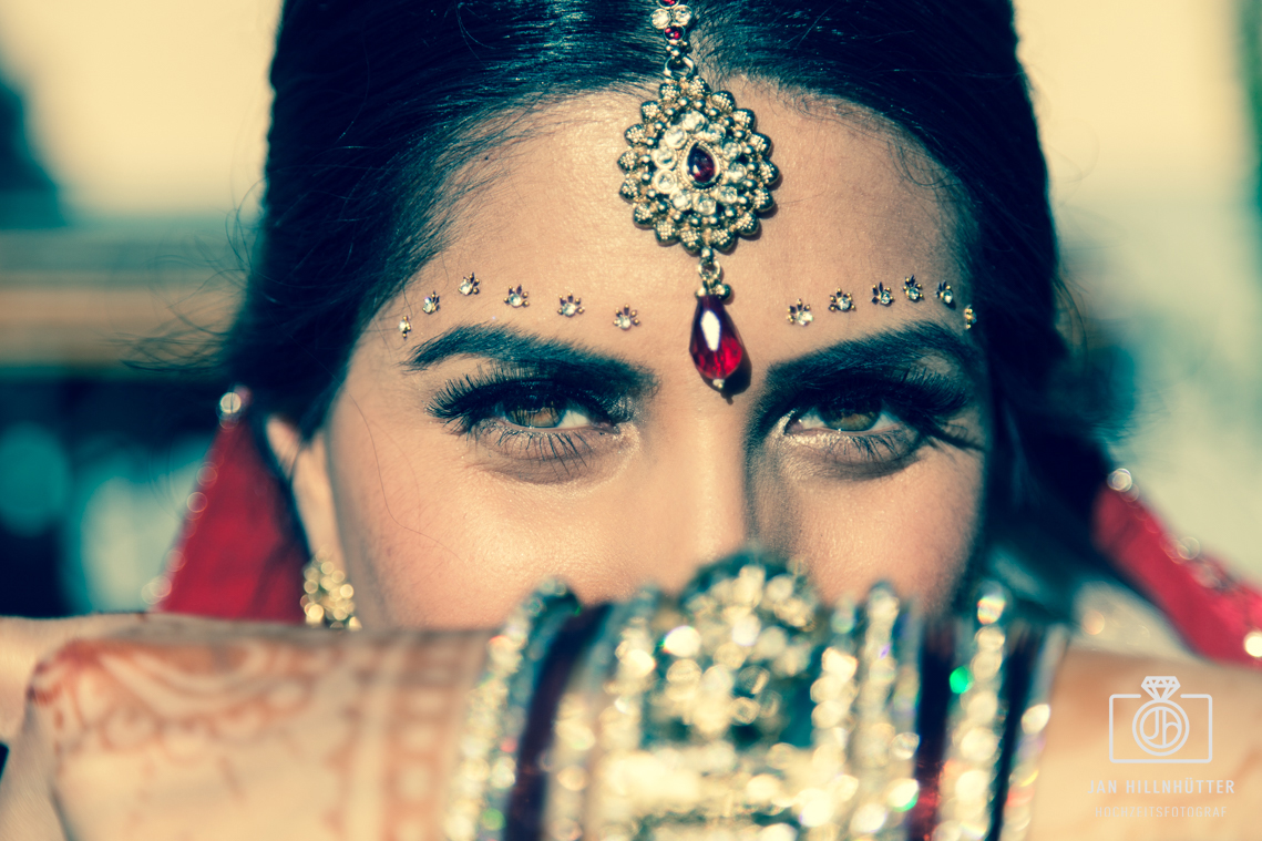 Ausdrucksstarke-Augen-Bollywood-Braut-Henna-Tattoos-Schmuck