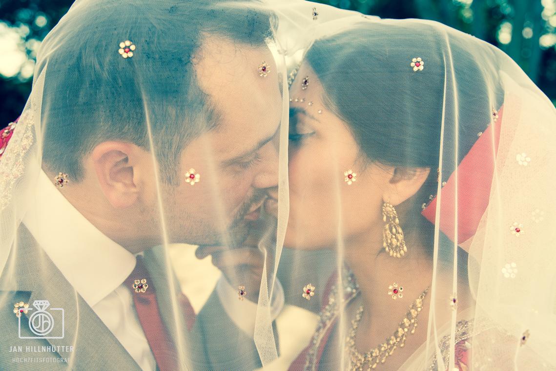 Romantisches-Bollywood-Brautpaar-Schleier
