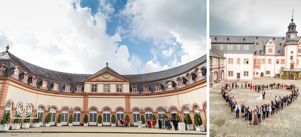Hochzeit-Innenhof-Schlosshotel-Weilburg-kreatives-Gruppenfoto