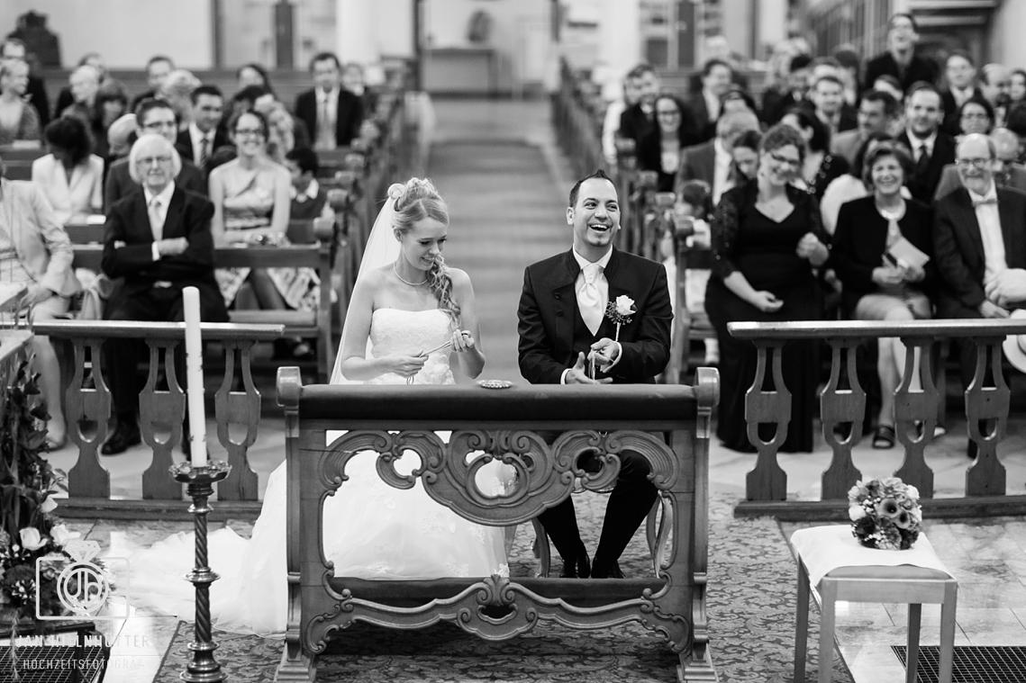 Stimmungsvolle-SW-Portrait-Brautpaar-Kirche-Mainz-Bretzenheim