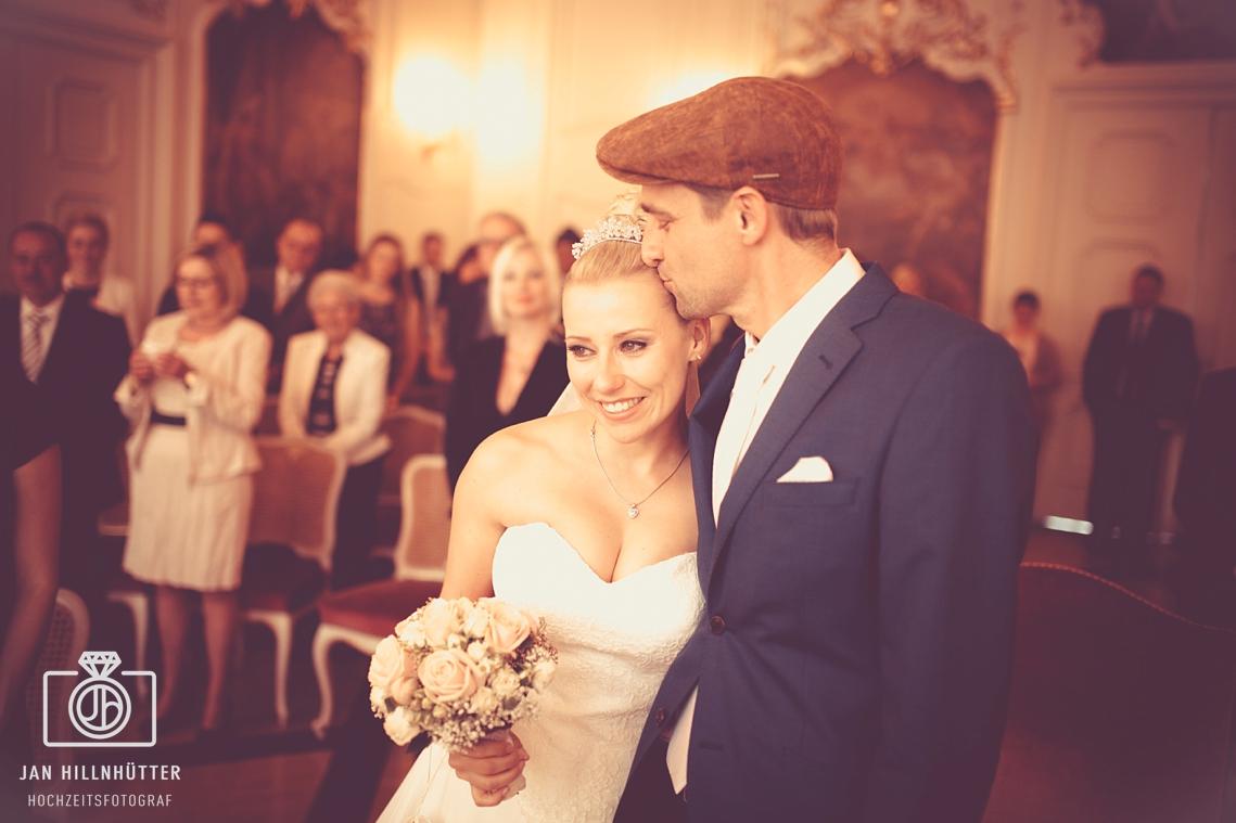 Vintage-Brautpaar-Schwaebisch-Hall-Rathaus-Trausaal-romantisch-Kuss