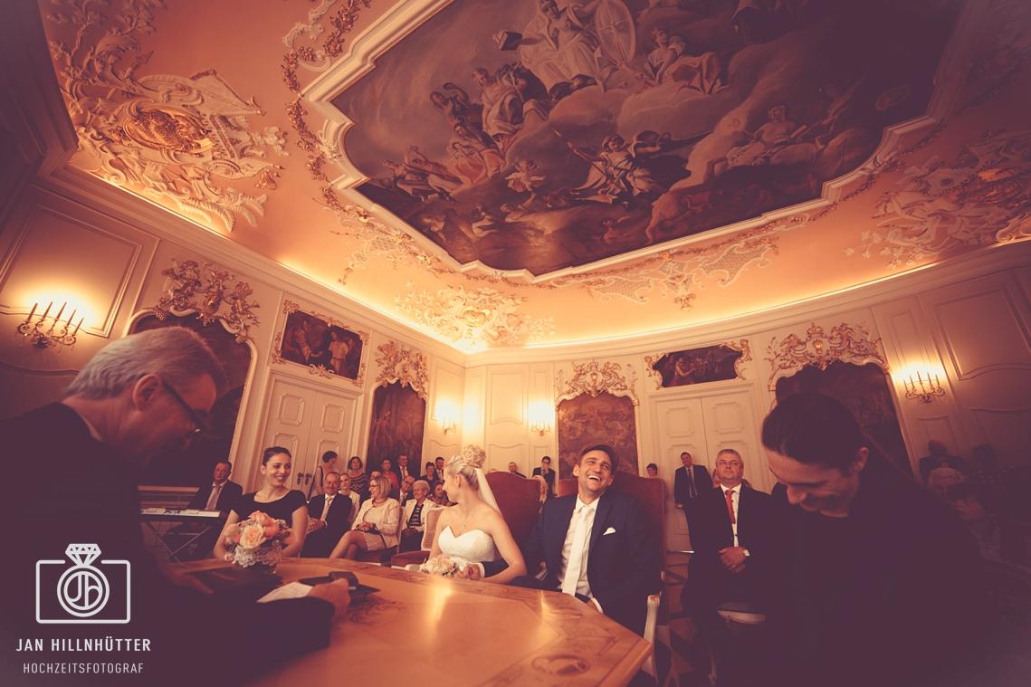 Vintage-Hochzeit-Schwaebisch-Hall-Trausaal-Rathaus-Brautpaar-Fisheye
