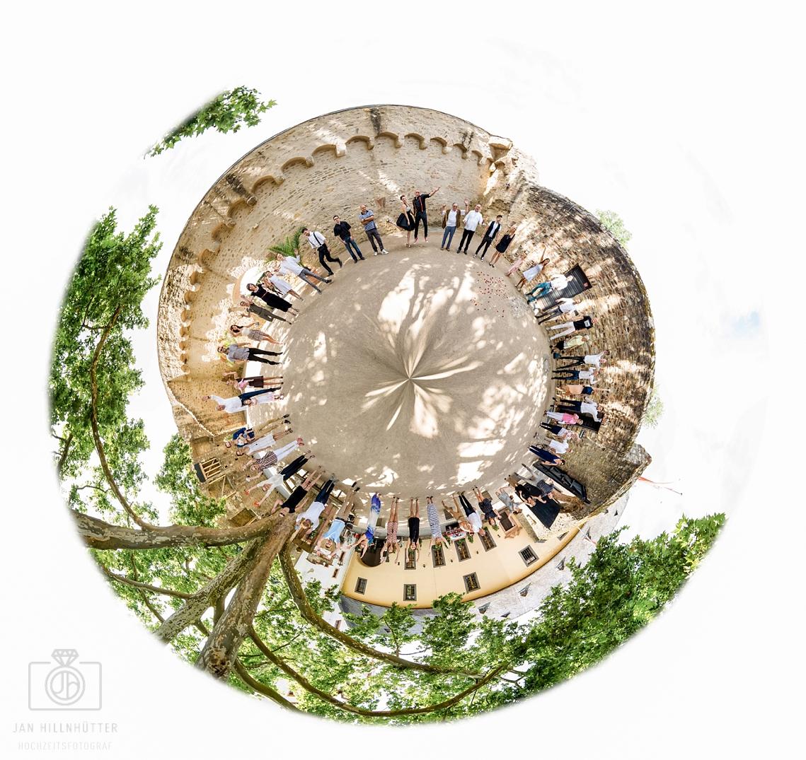 Abgefahrenes-Gruppenfoto-Rockabilly-Hochzeit-Burg-Eltville