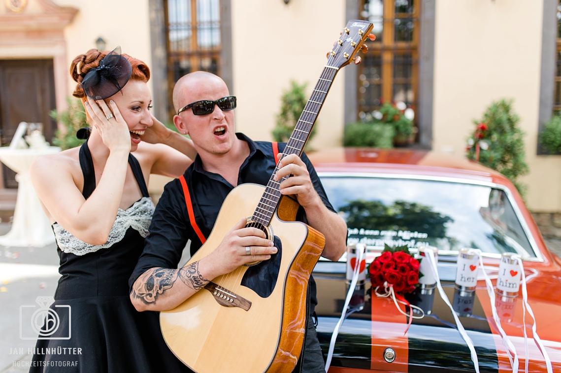 Lustiges-Rockabilly-Brautpaar-Gitarre-Rock-n-Roll