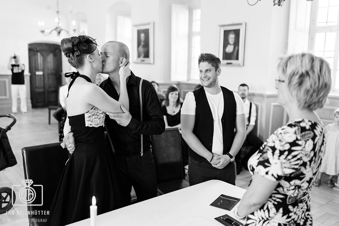 Rockabilly-Hochzeit-Burg-Eltville-Brautpaar-Kuss-SW