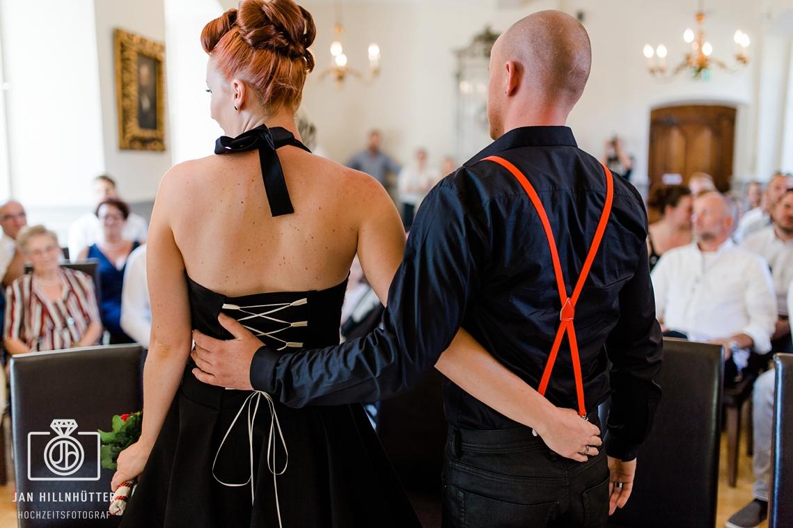 Rockabilly-Hochzeit-Burg-Eltville-Hochzeitspaar