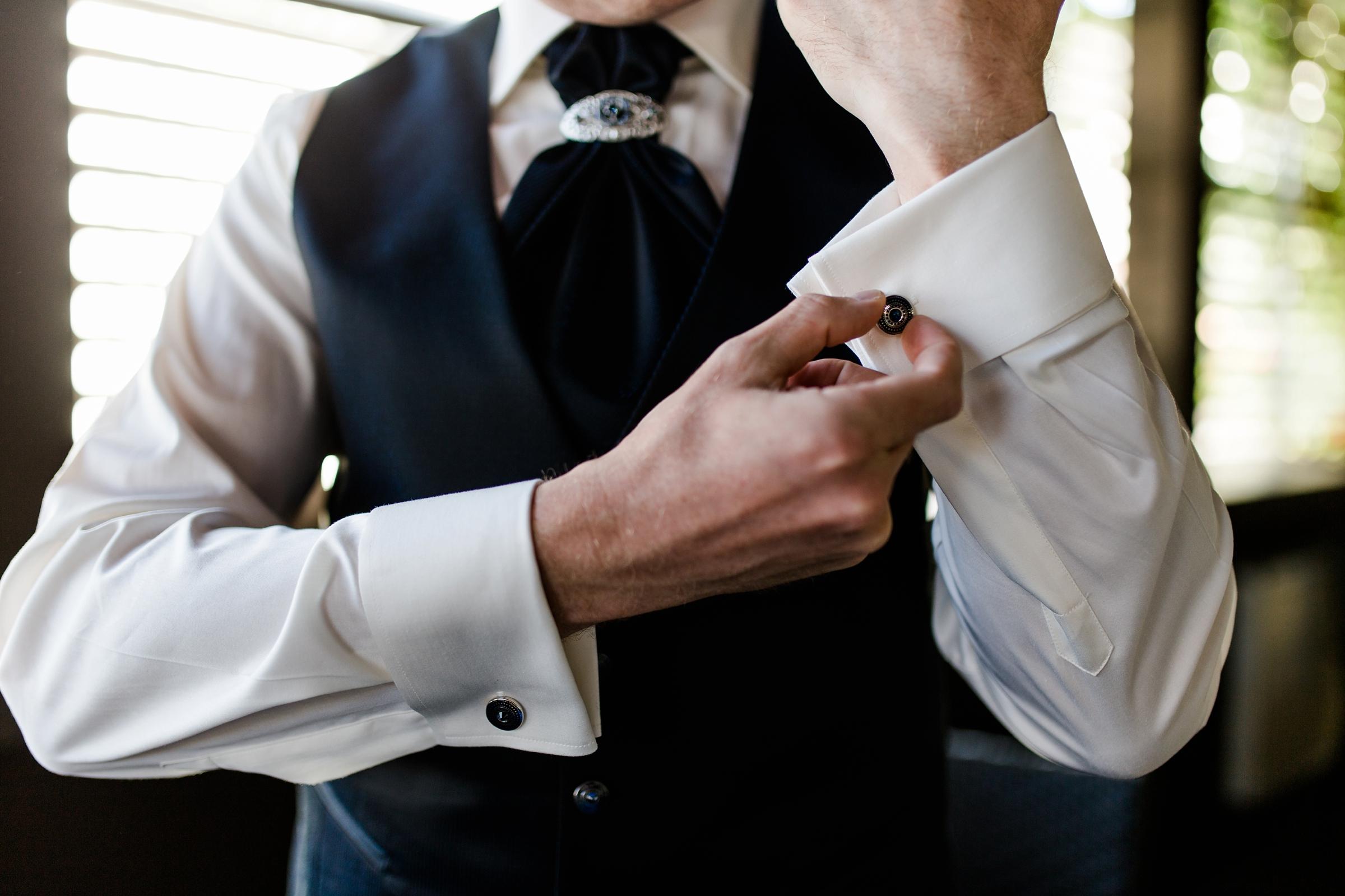 Hochzeitsfotograf-Zuerich-Braeutigam-Getting-Ready-Manschettenknoepfe-Giardino-Verde-Uitikon