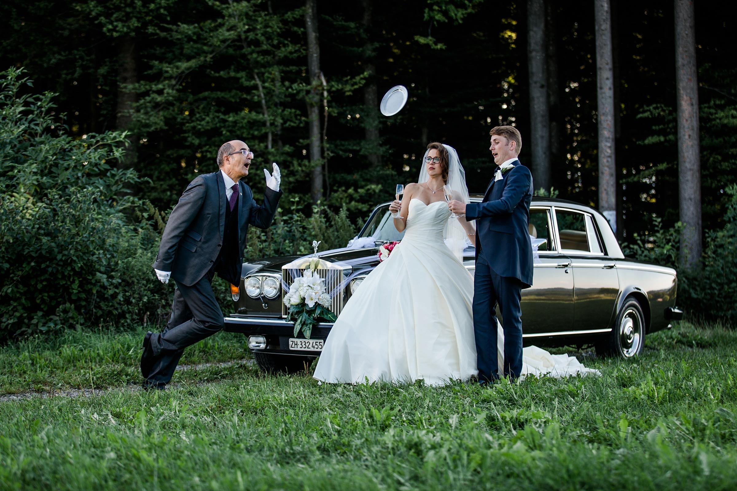 Hochzeitsfotograf Schweiz lustig Brautpaar Dinner-for-one Rolls-Royce-James Butler