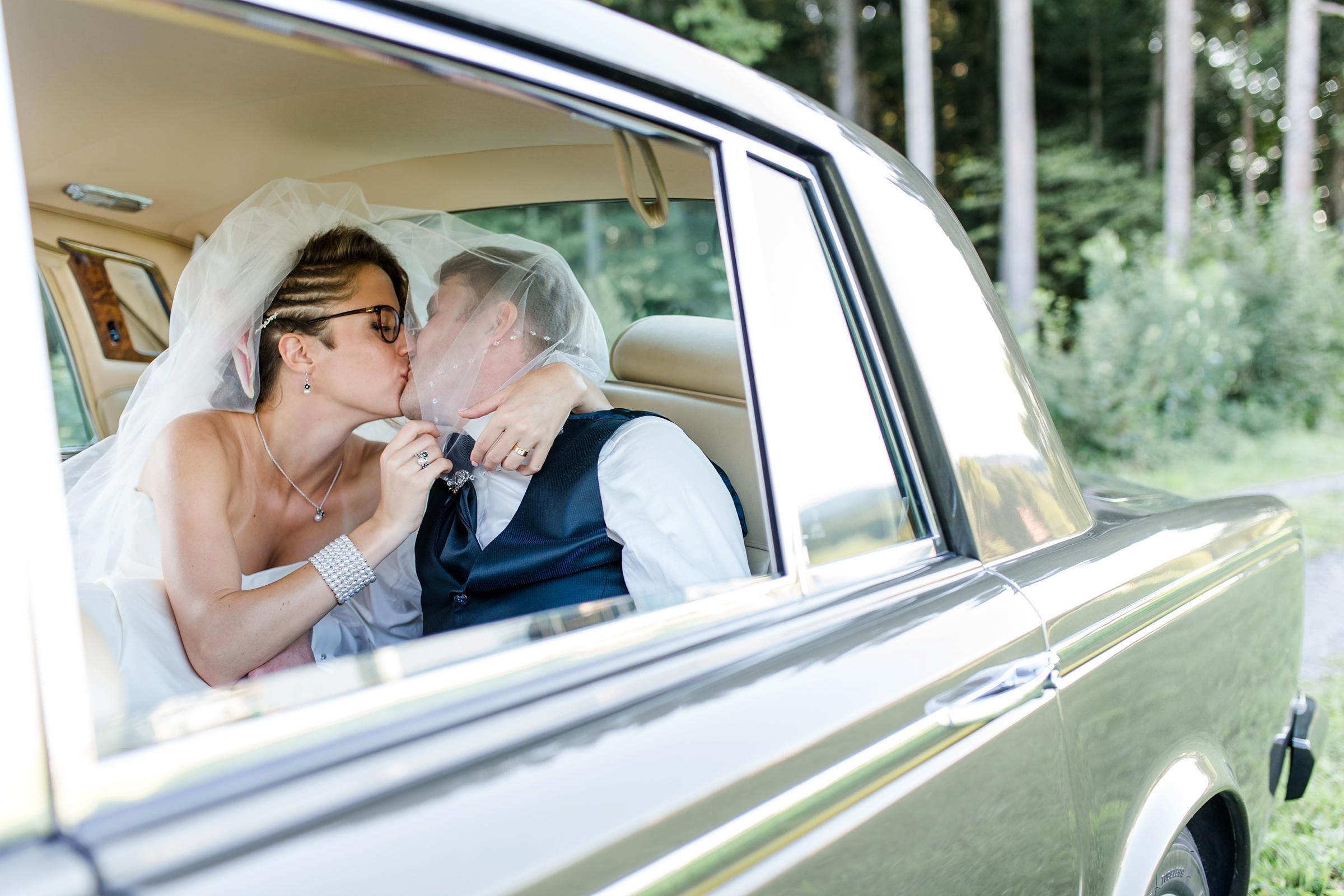 Hochzeitsfotograf-Zuerich-Brautpaar-Rolls-Royce-Kuss
