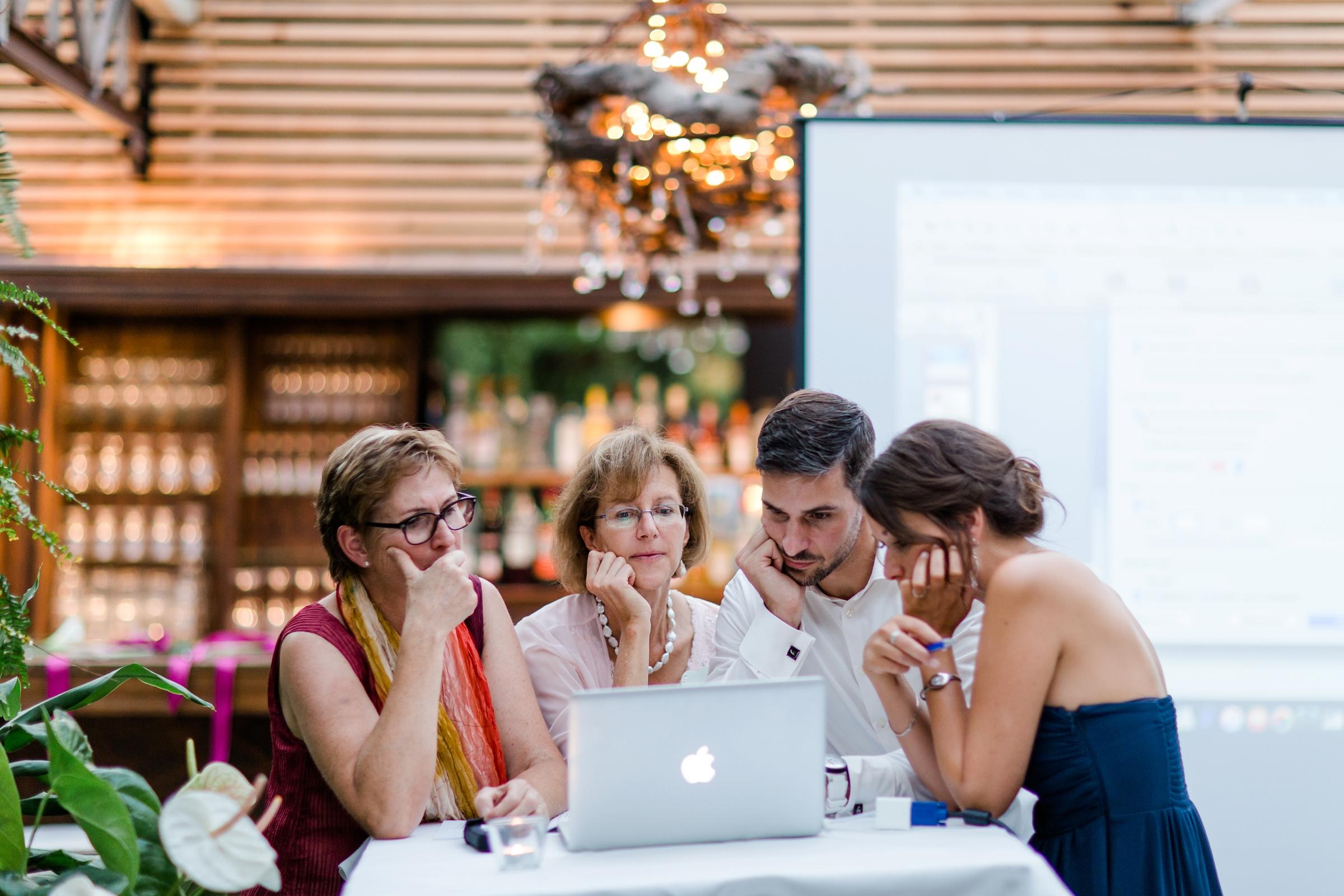 Hochzeitsfotograf-Zuerich-Giardino-Verde-Uitikon-Gaeste-Familie-besprechen-Programmpunkte