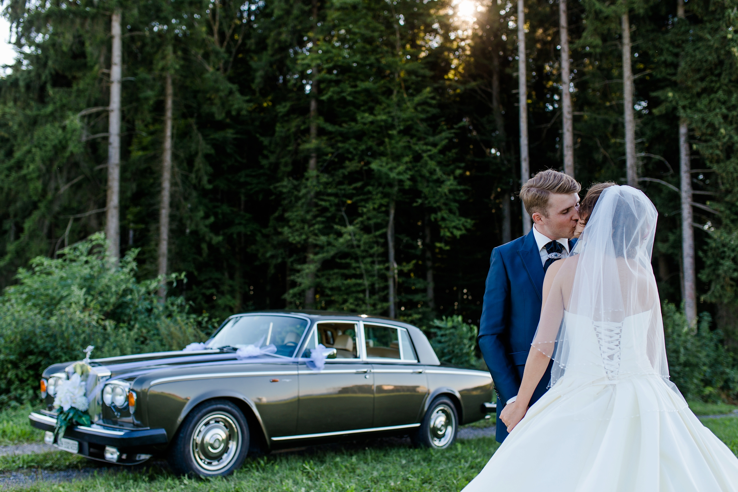 Hochzeitsfotograf Schweiz Zuerich romantisches Brautpaar Rolls-Royce Kuss