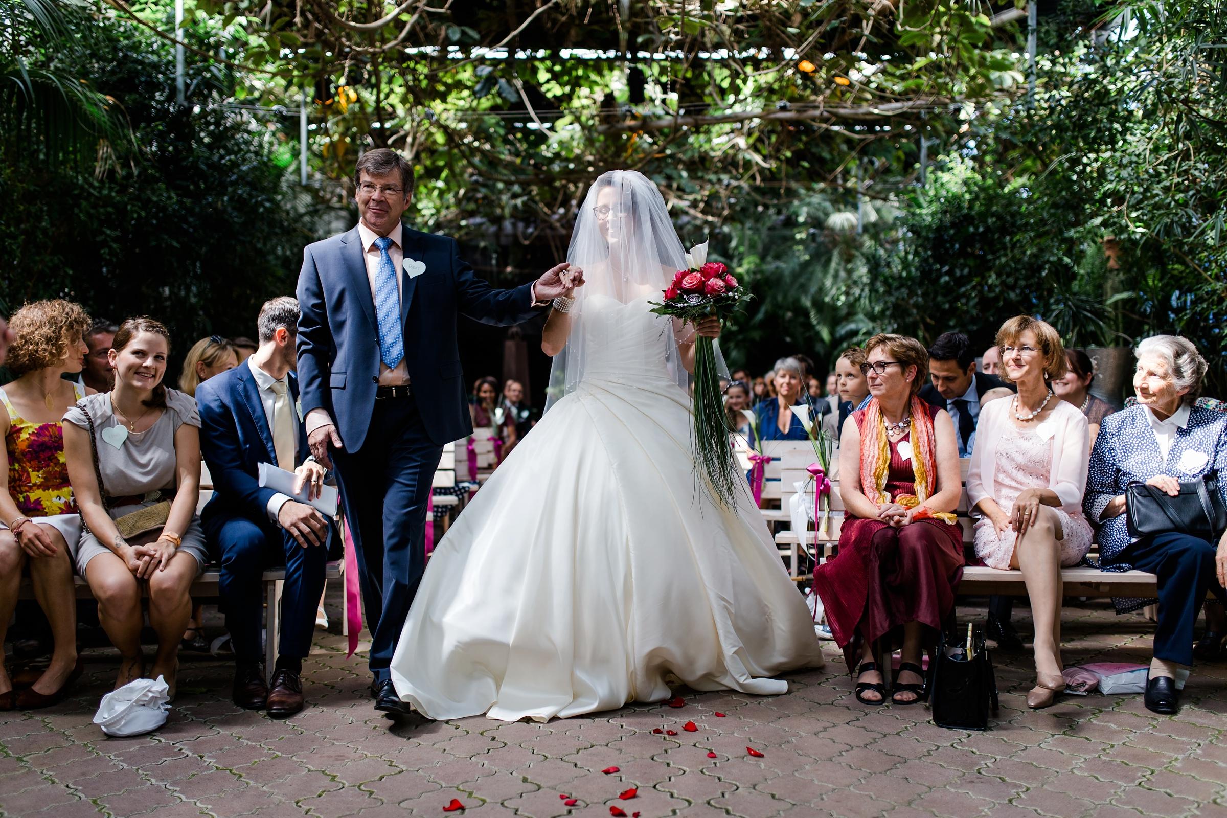 Hochzeitsreportage-Zuerich-Braut-Brautvater-Einmarsch-Schleier-Giardino-Verde-Uitikon