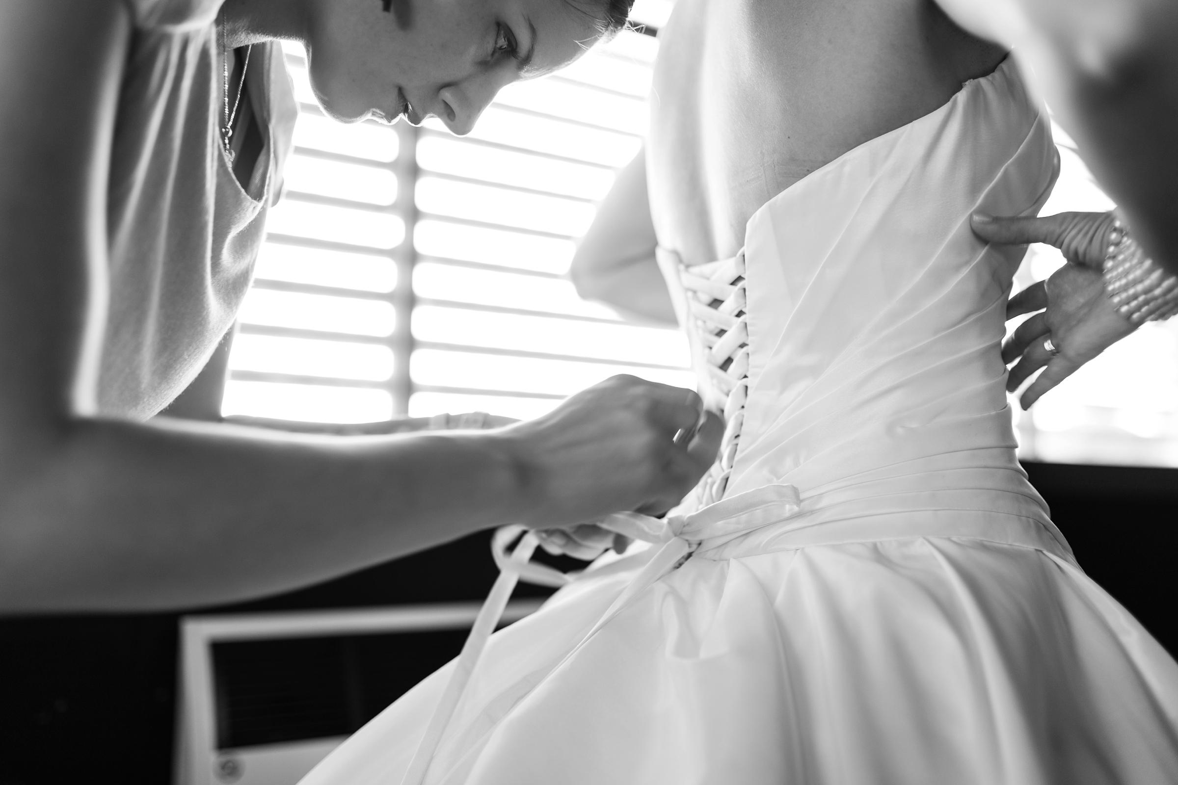 Hochzeitsreportage-Zuerich-Braut-Getting-Ready-Brautkleid-schnueren-SW-Giardino-Verde-Uitikon