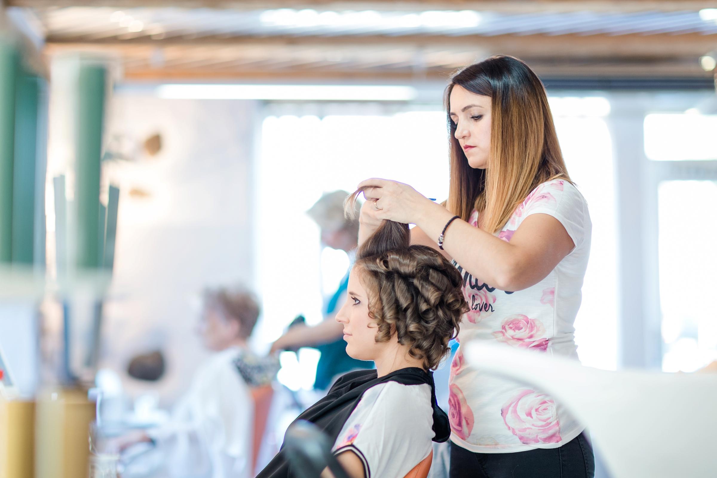 Hochzeitsreportage-Zuerich-Brautvorbereitung-Friseur-Frisur-Getting-Ready