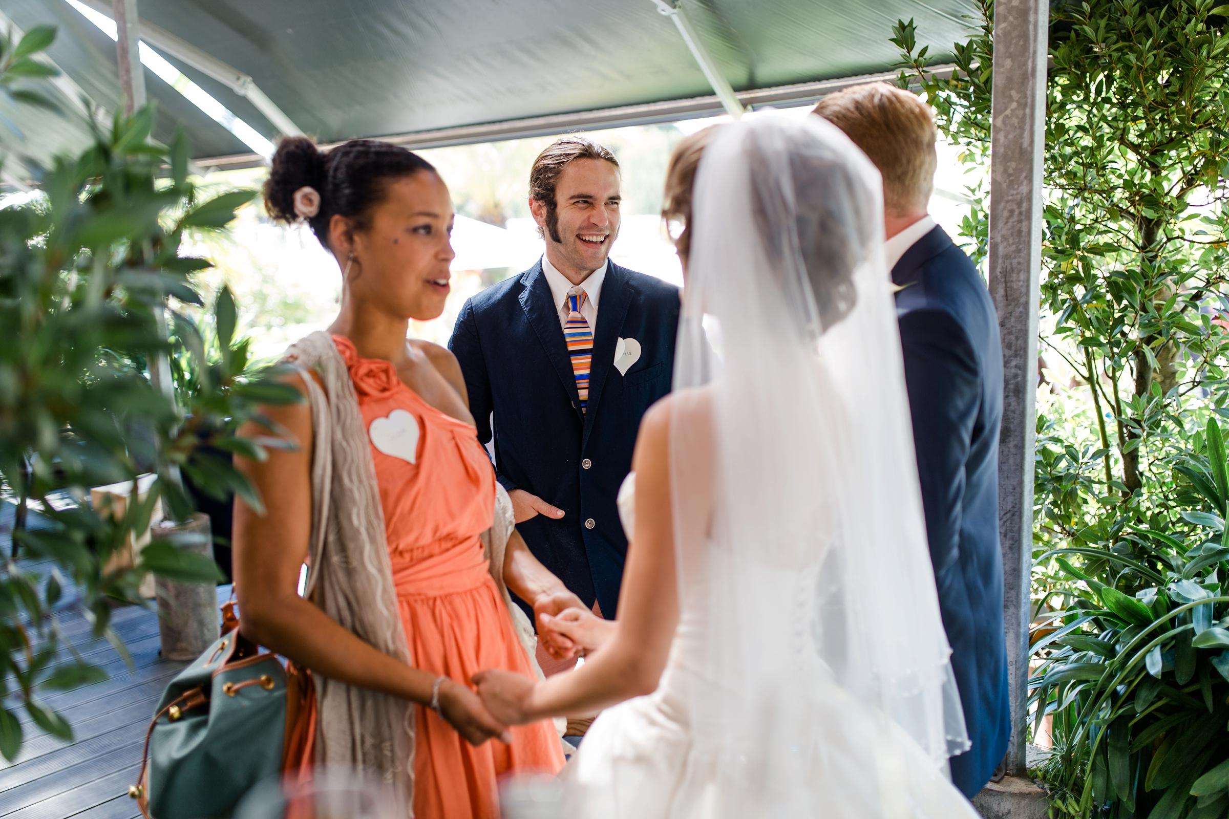 Hochzeitsreportage-Zuerich-Gaeste-gratulieren-Brautpaar-Giardino-Verde-Uitikon