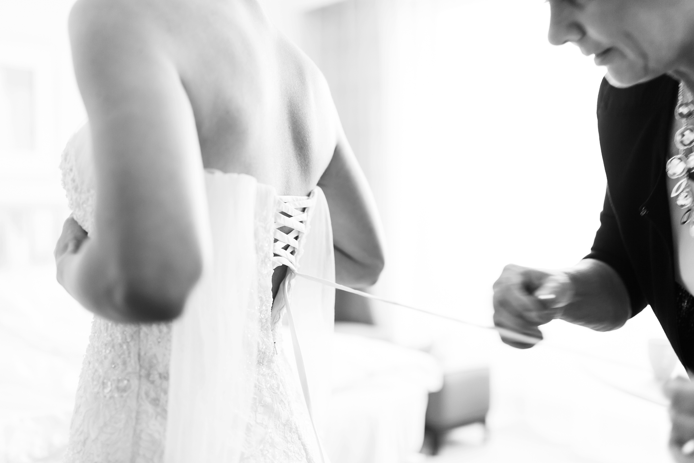 Hochzeitsfotograf-Mainz-Hyatt-Brautkleid-schnueren-Getting-Ready-SW