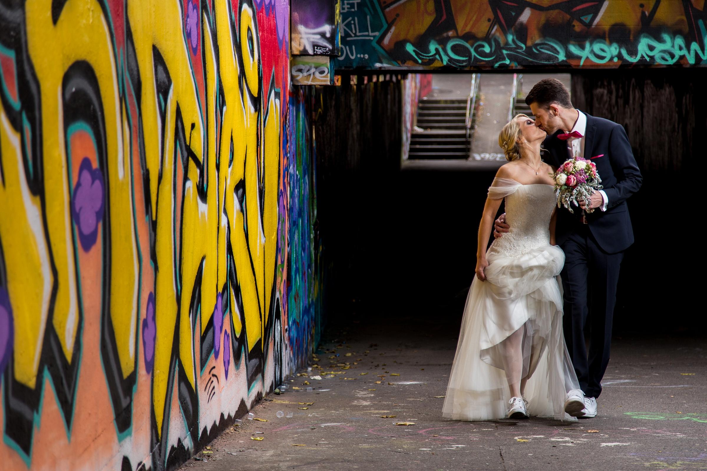 Hochzeitsfotograf-Mainz-Wiesbaden-Graffiti-Kuss-Brautpaar
