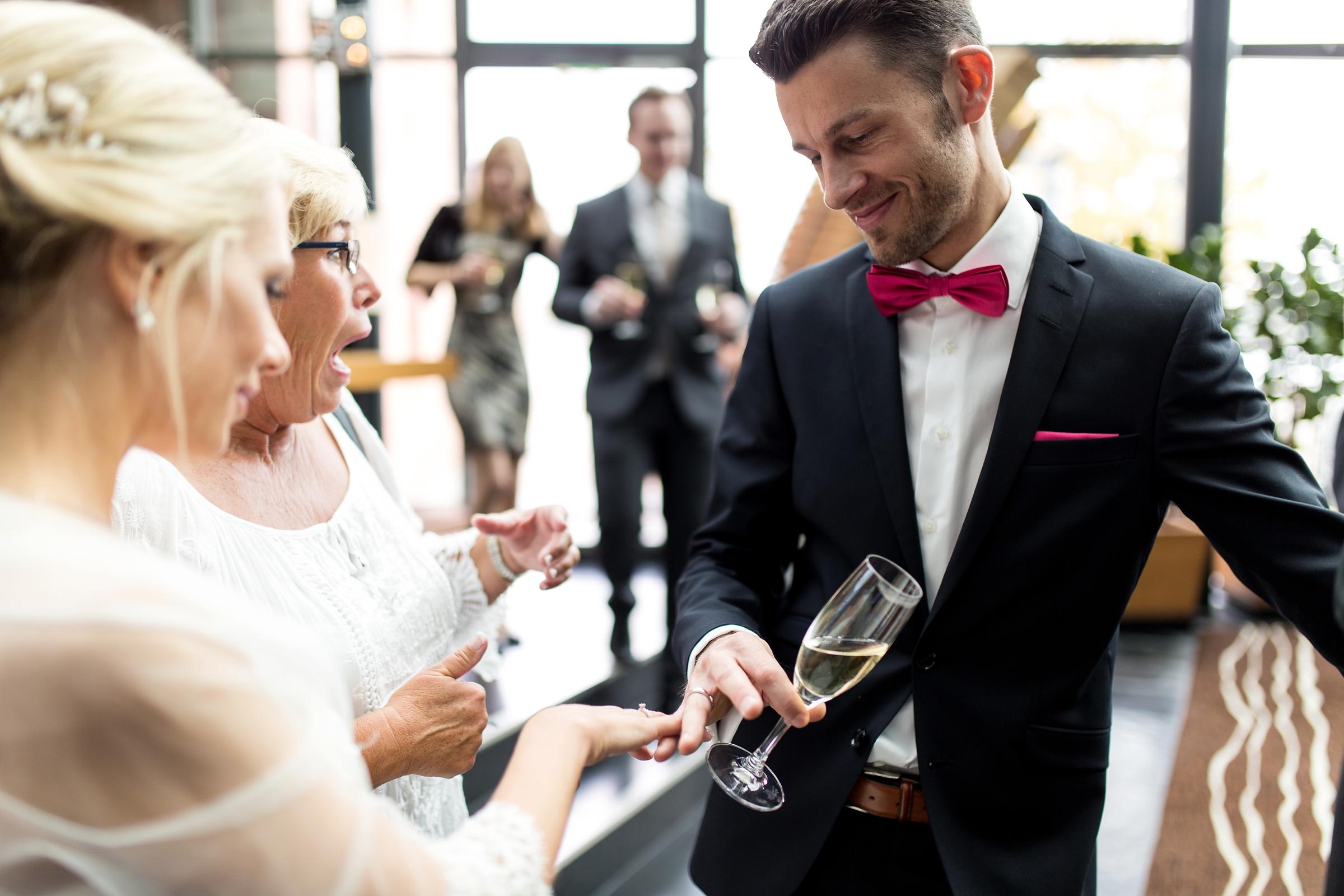 Hochzeitsreportage-Mainz-Hyatt-Hochzeitsringe-lustig