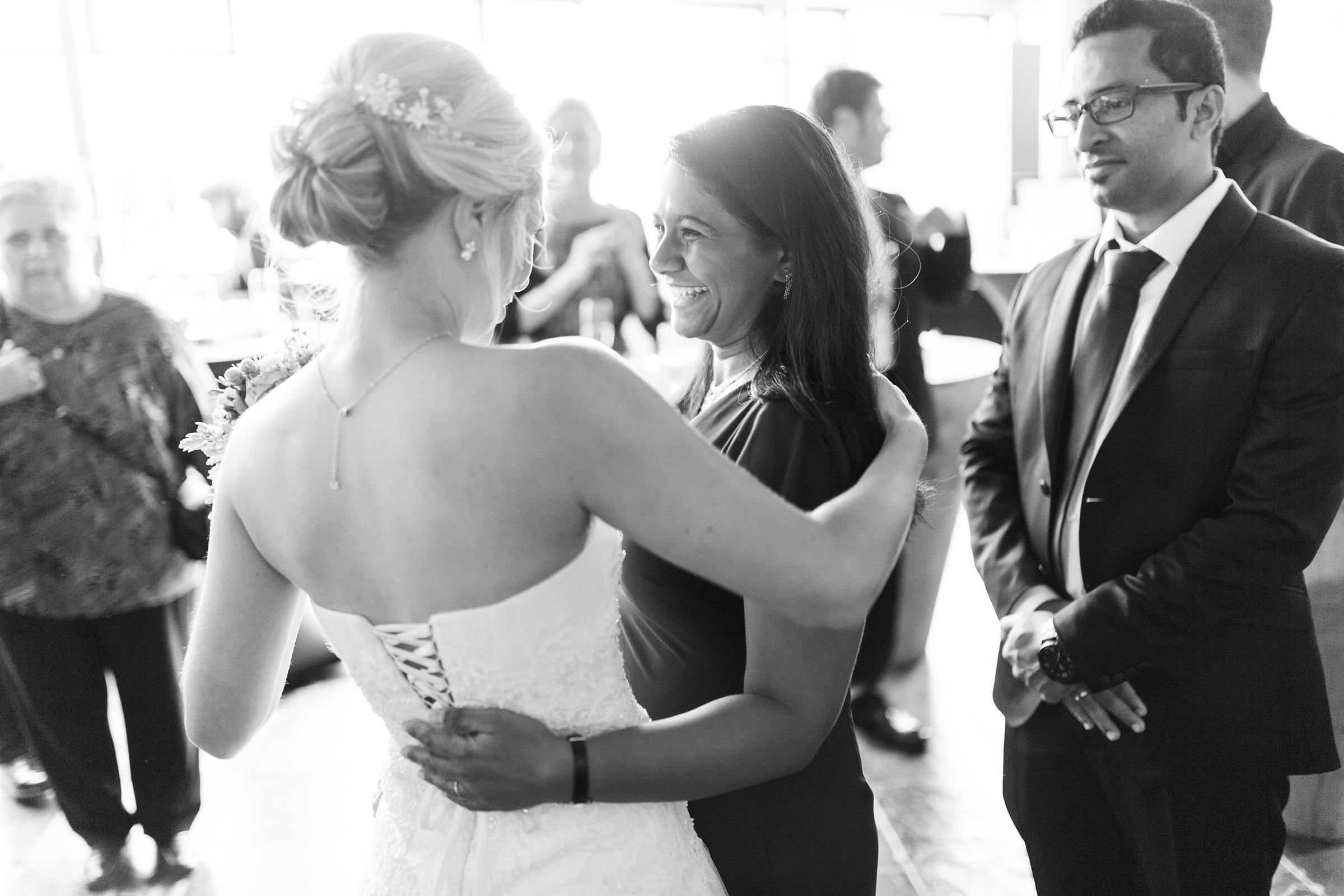 Hochzeitsreportage-Mainz-Hyatt-SW-Freunde-gratulieren