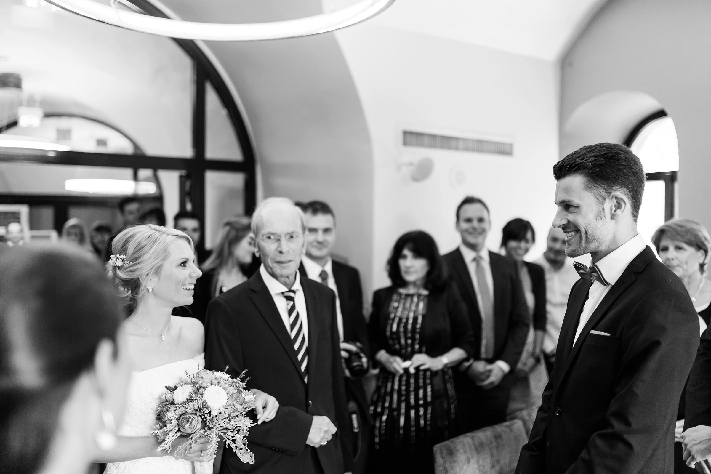 Hochzeitsreportage-SW-Mainz-Hyatt-Brautpaar-Trausaal