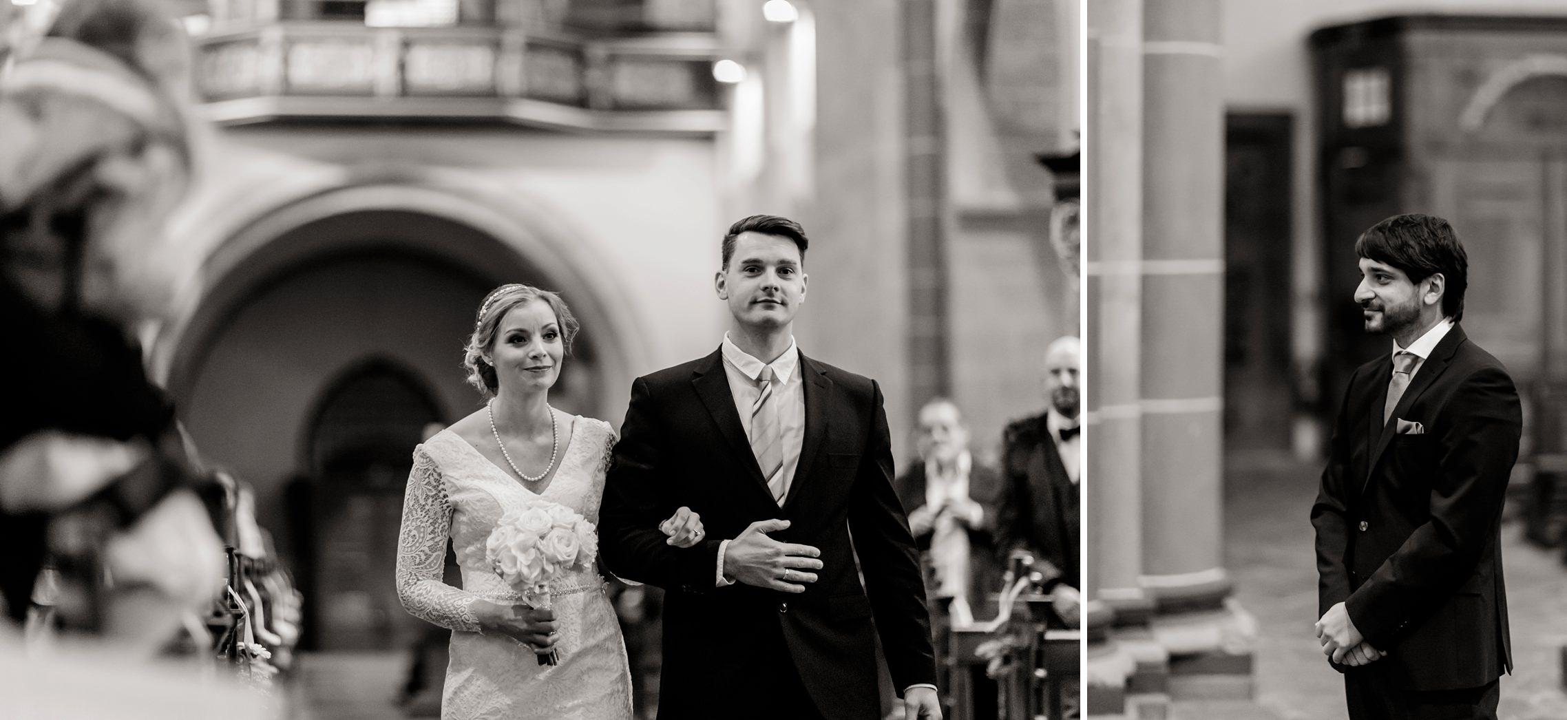 Der Bruder der Braut führt seine Schwester zum Altar, da ihr Vater die Hochzeit leider nicht mehr miterleben kann.