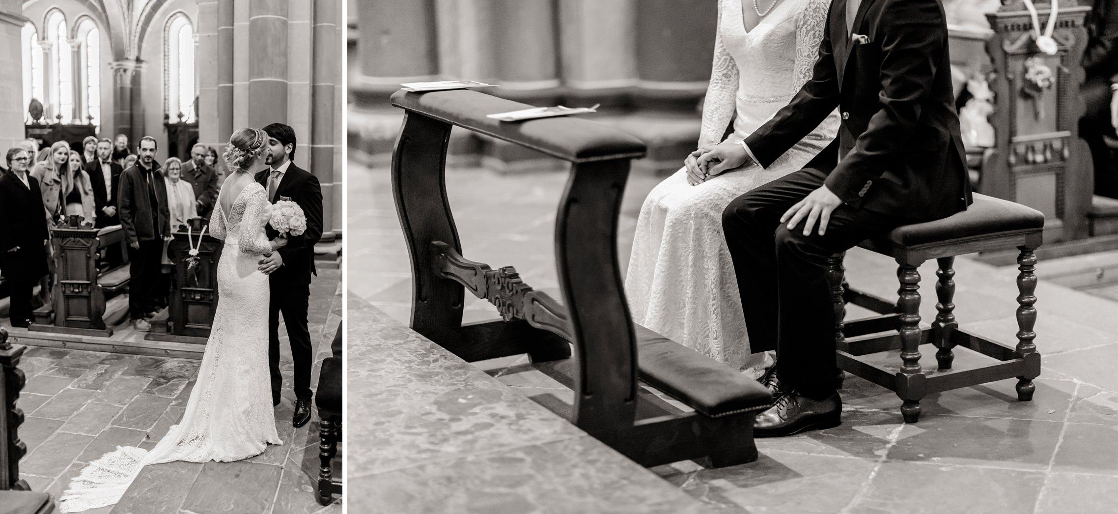 Der Bräutigam nimmt seine wunderschöne Braut am Altar in Empfang.
