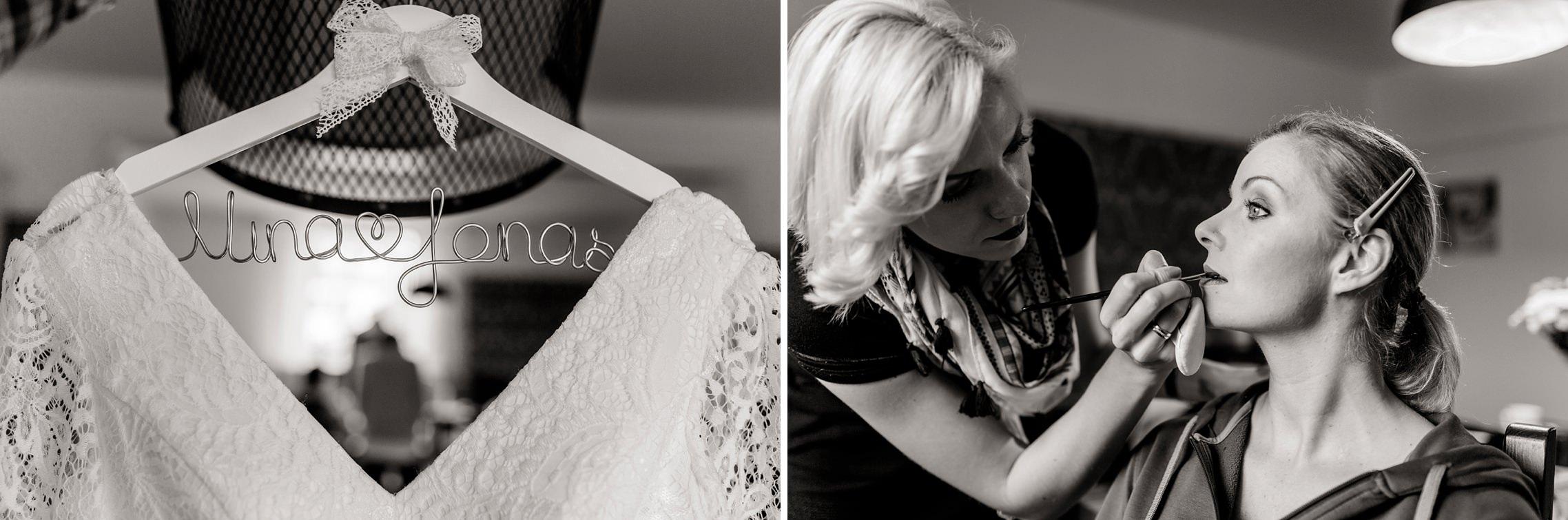 Schwarzweiss-Portrait der Braut, die beim Getting Ready von ihrer Stylistin geschminkt wird.