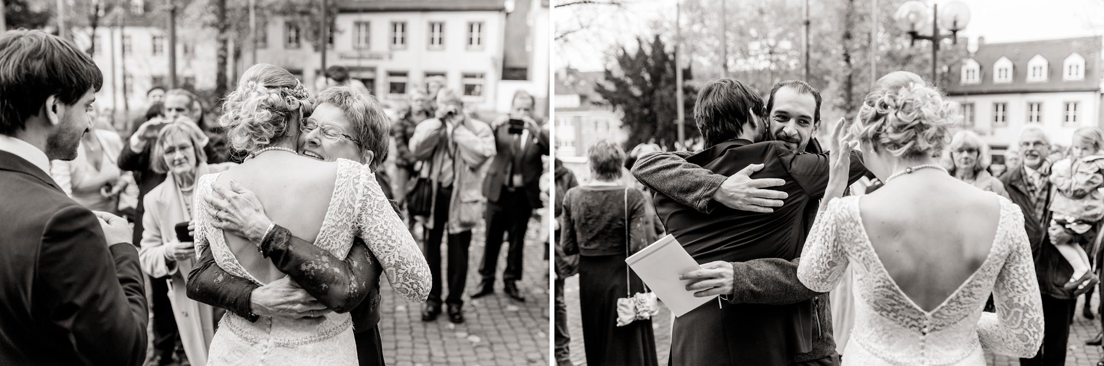 Emotionale Gratulationen der Familienmitglieder nach der Trauung in der Basilika in Werden