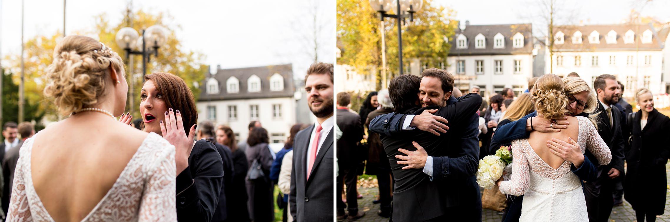 Emotionale Gratulationen der Gäste nach der Trauung in der Basilika in Werden