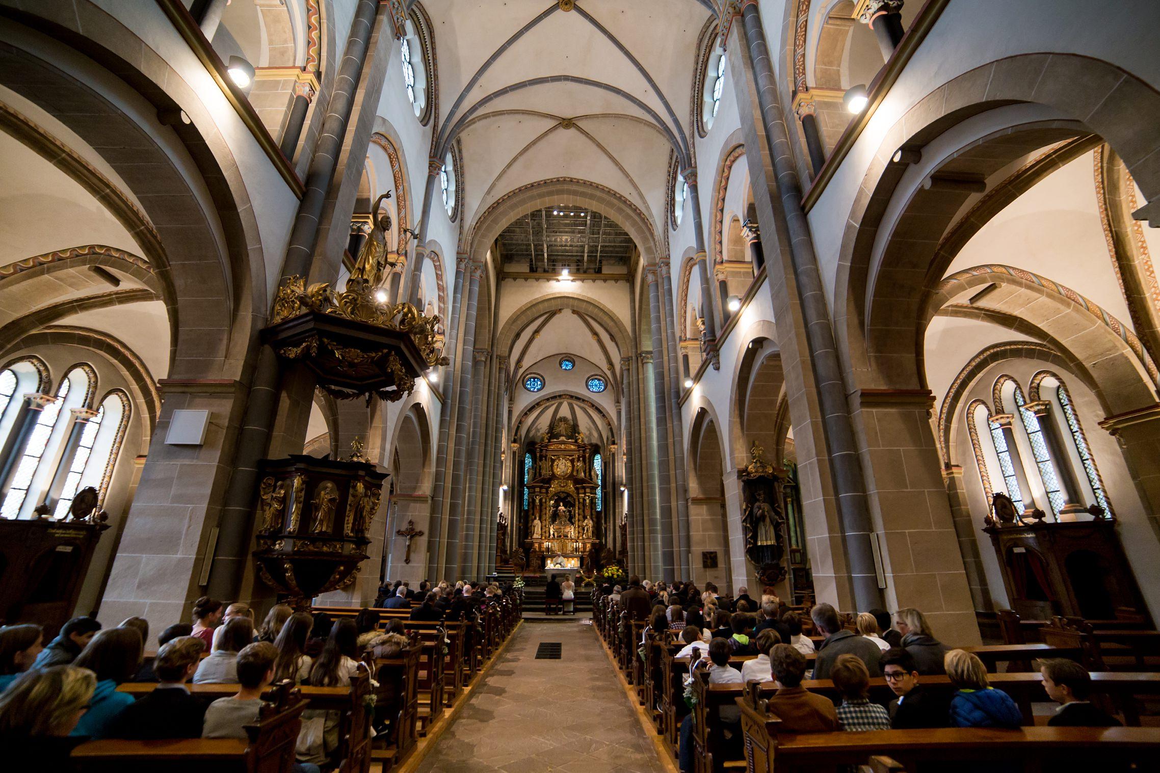 Panorama-Ansicht der Basilika in Werden während eines Traugottesdienstes