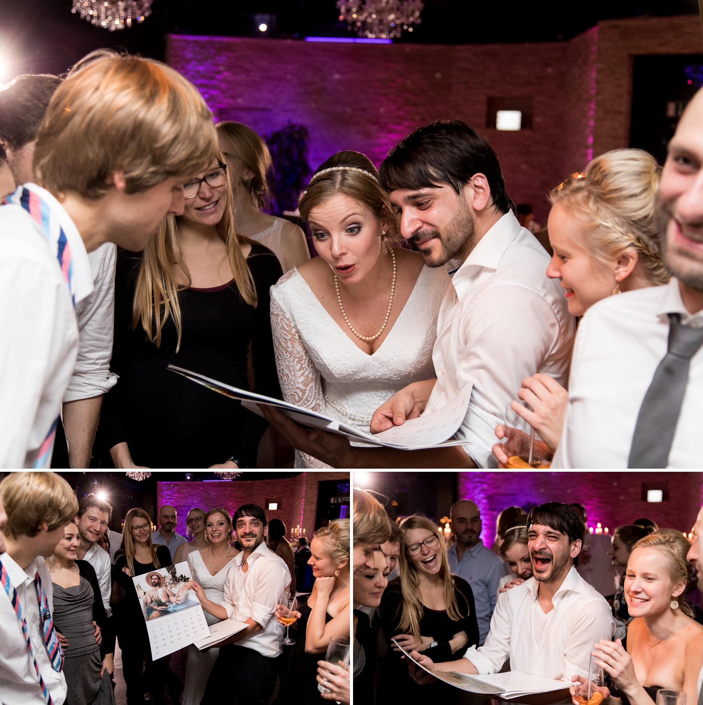 Das Brautpaar bekommt als Geschenk einen lustigen Pin-up Kalender in dem sich die Kumpels selbst fotografiert haben
