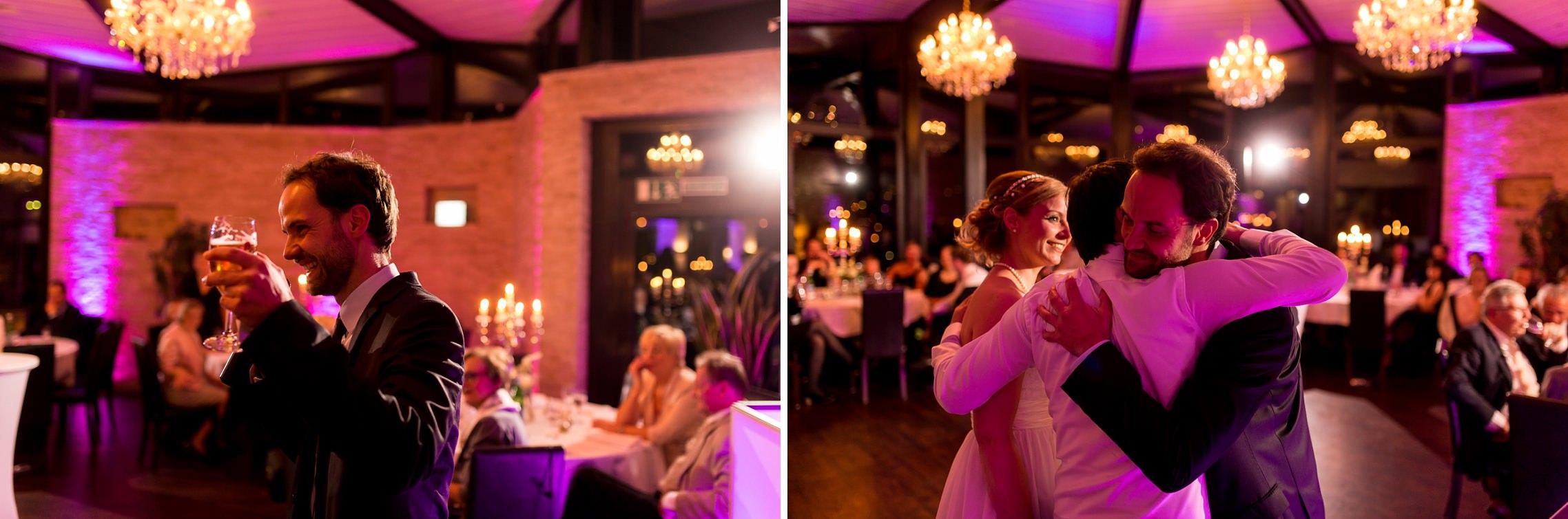 Der Trauzeuge hält eine emotionale Rede und wird anschließend vom Brautpaar umarmt