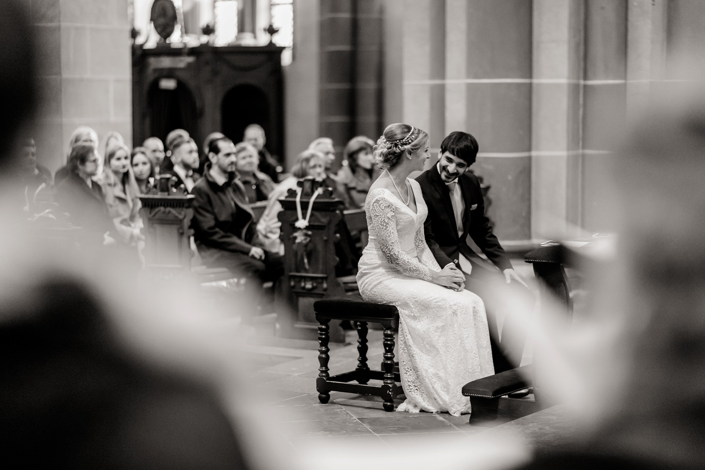 Stimmungsbild des Brautpaares während der Trauzeremonie in der Basilika in Werden in schwarzweiss