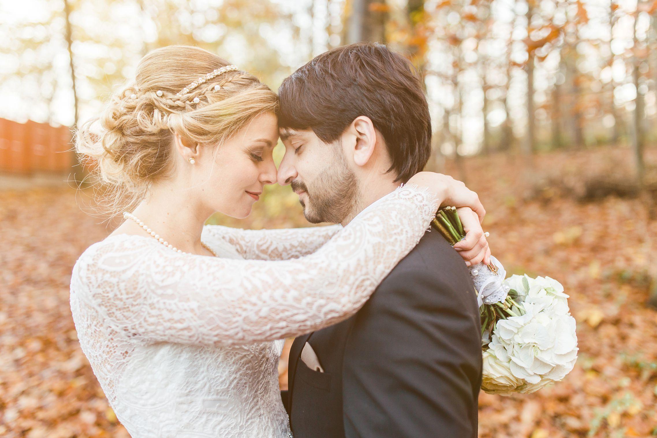 Verliebtes Brautpaar-Shooting mit herbstlichen warmen Farben