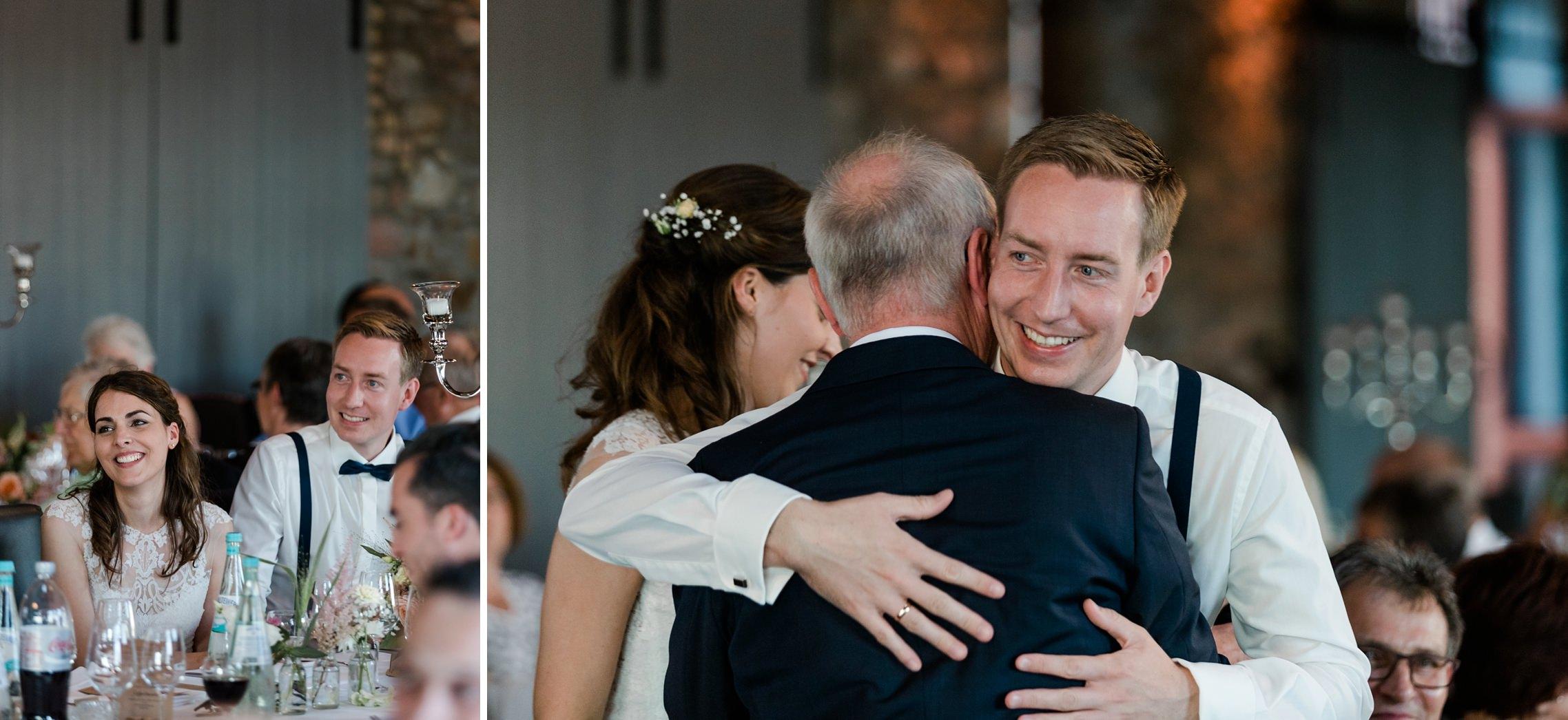 Der Vater des Bräutigams hält eine Rede und das Brautpaar bedankt sich bei ihm.