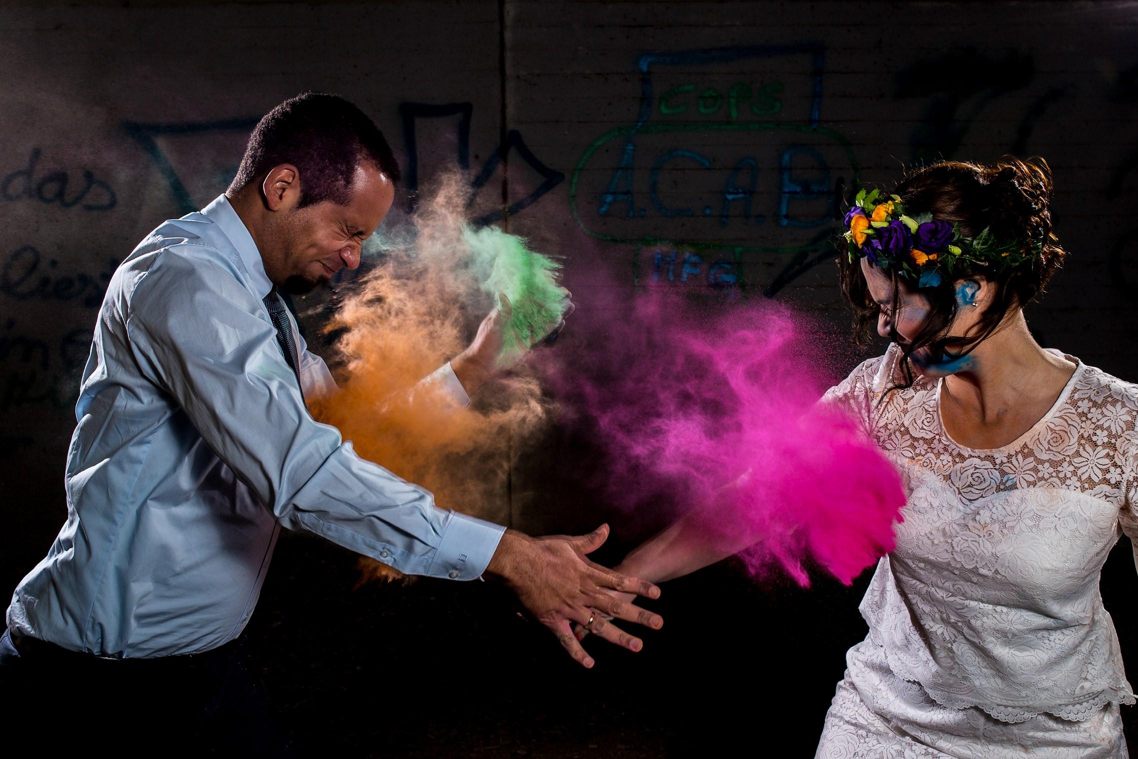 Ausgefallene Hochzeitsfotos mit Holi Pulver