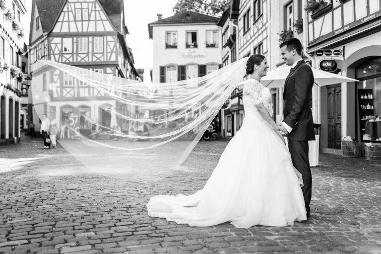 Hochzeitsfotograf Mainz Altstadt SW Schleier Brautpaar