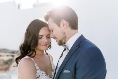 Verliebtes Brautpaar im Gegenlicht