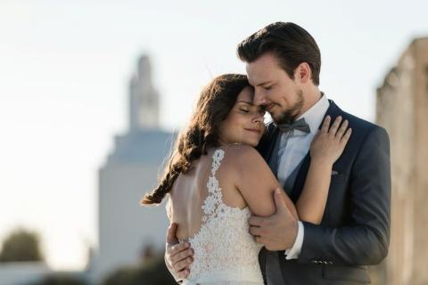 Sich umarmendes Brautpaar Santorini