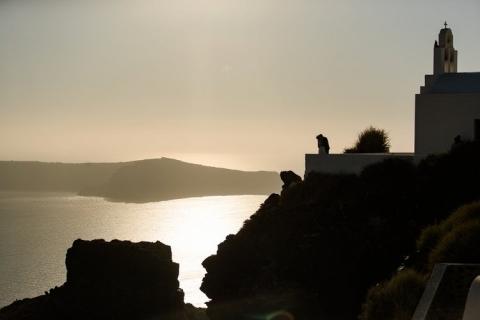 Brautpaar über Steilküste Santorini