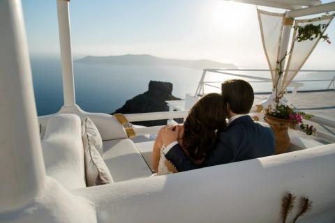 Brautpaar schaut auf Meer vor Santorini