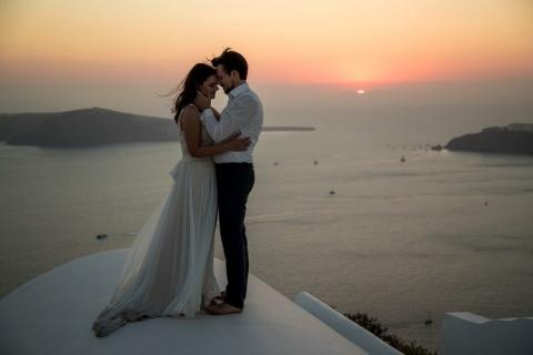 Hochzeitspaar im Sonnenuntergang auf Santorini