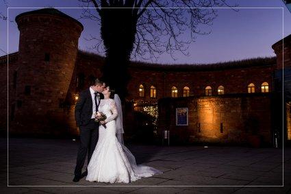 Hochzeitsreportage aus dem Hyatt Regency Hotel in Mainz. Das Brautpaar küsst sich vor einem spektakulären lila Himmel.