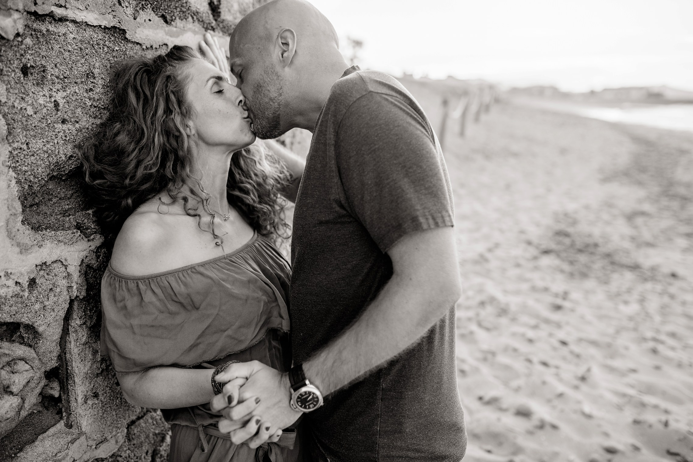Verliebtes Paar am Strand von Son Serra de Marina auf Mallorca kurz nach Sonnenuntergang in schwarzweiß