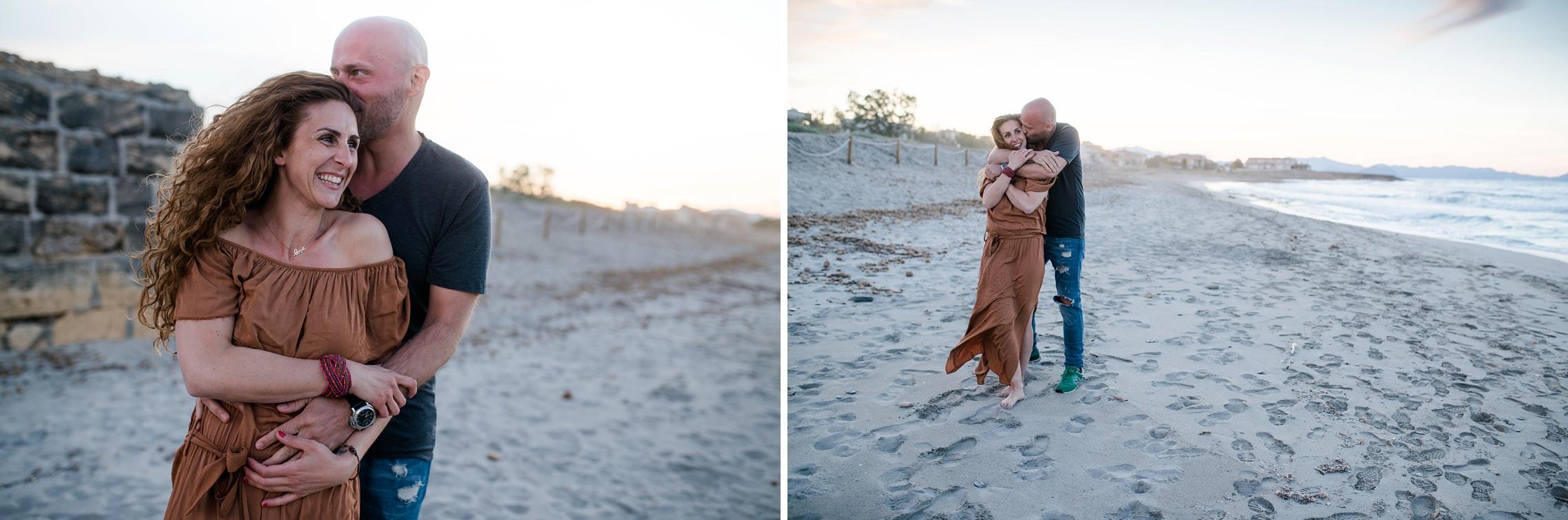 Verliebtes Paar am Strand von Son Serra de Marina auf Mallorca kurz nach Sonnenuntergang