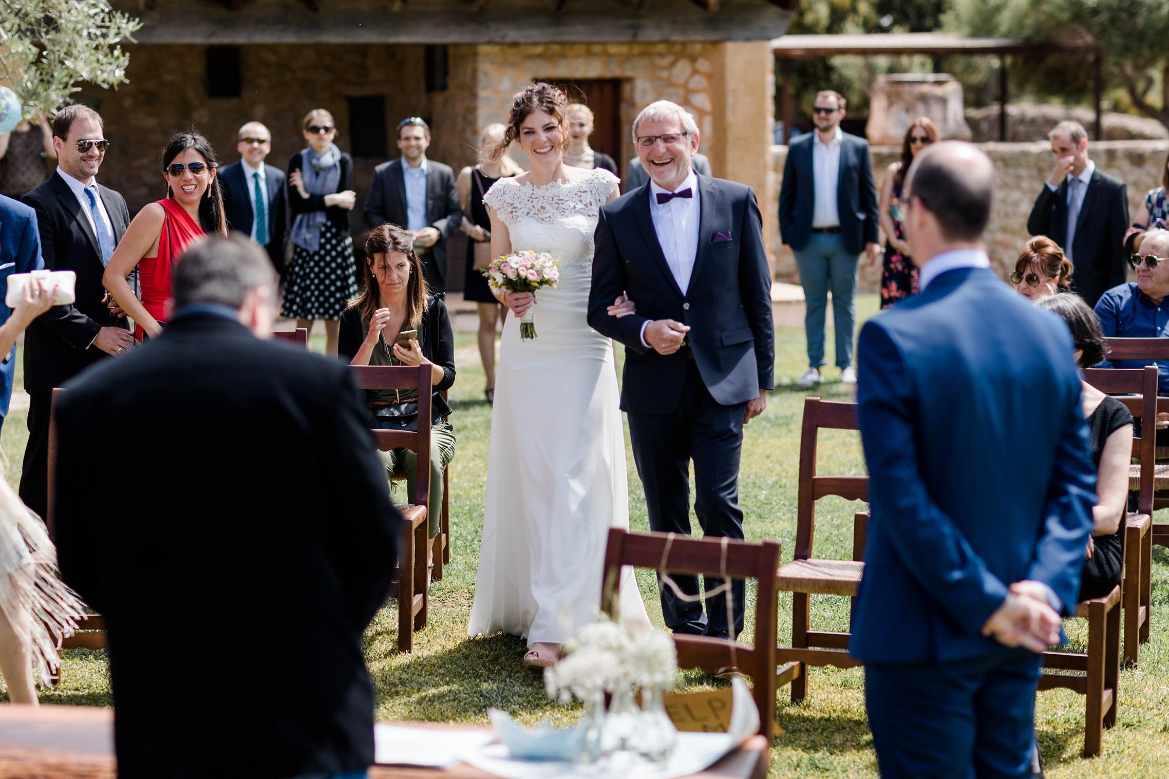 Der Brautvater führt auf der Finca-Hochzeit seine Tochter zur Trauung
