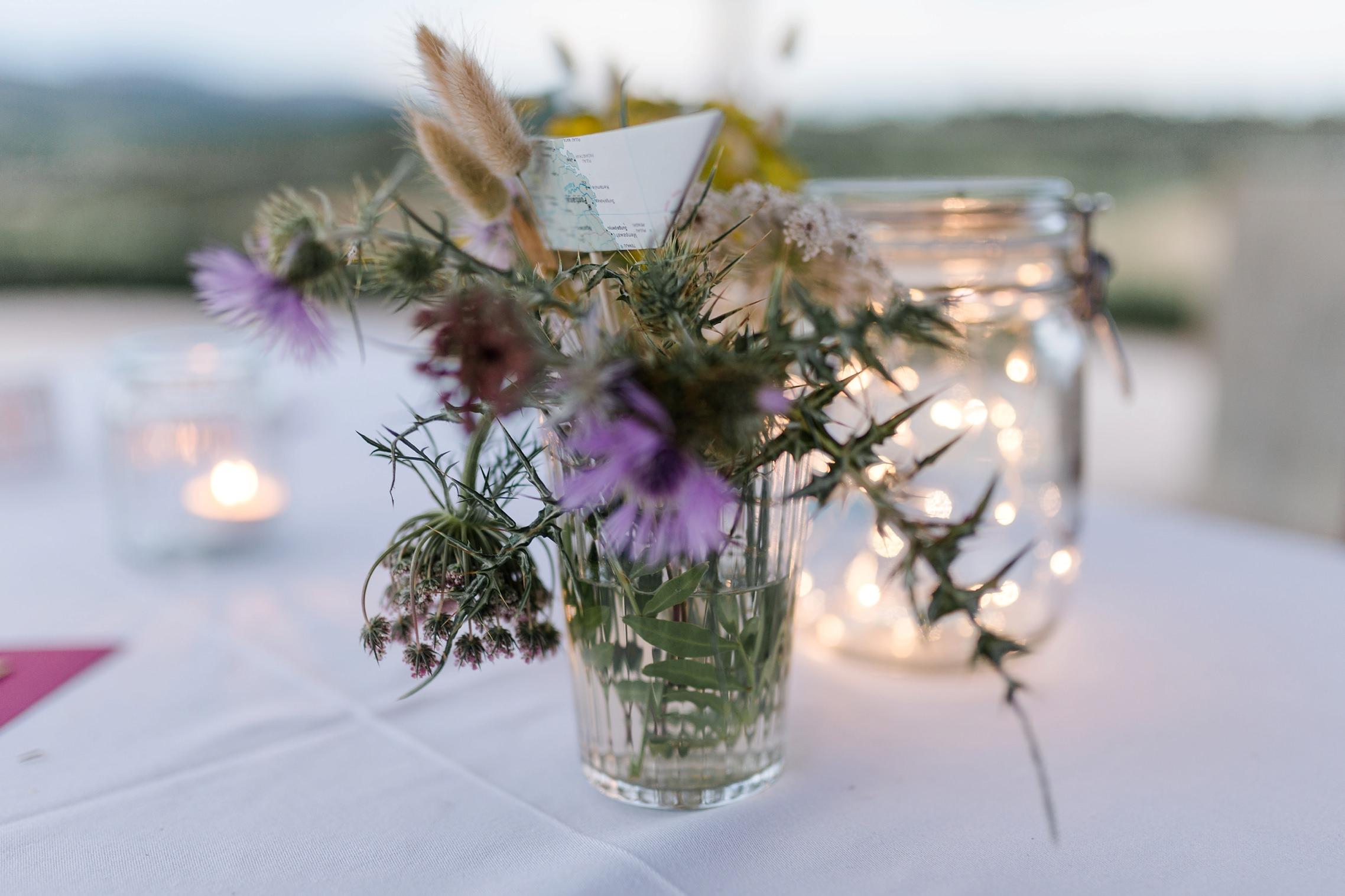 Tischschmuck mit Wildblumen auf der Finca-Hochzeit